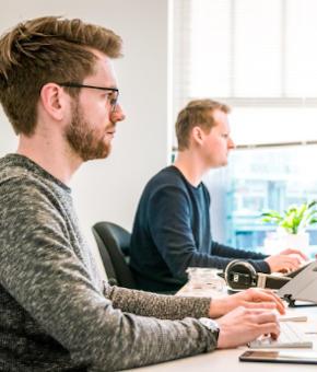 Deux homme travaillant sur ordinateur